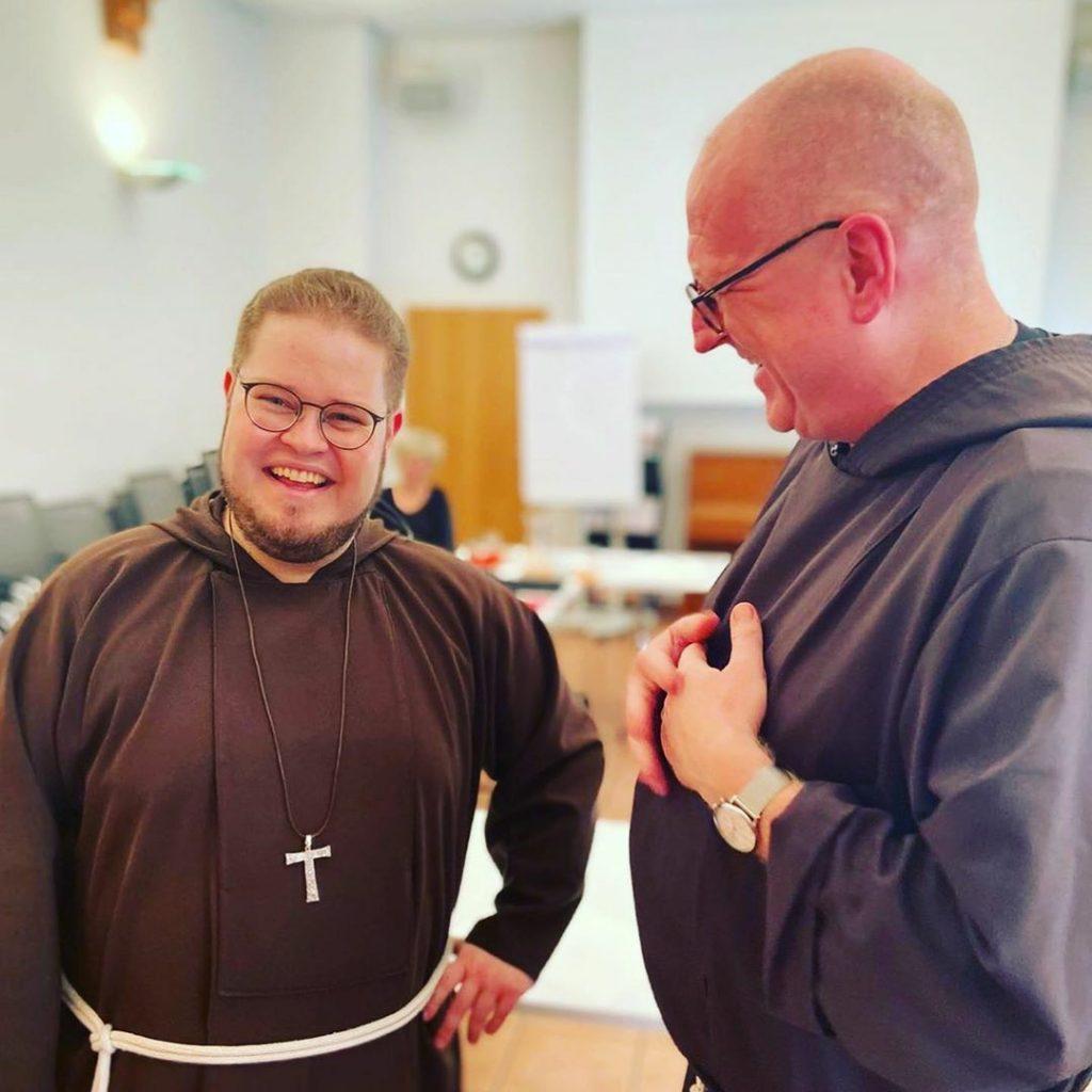 Provinzalminister Christophorus und Bruder Christian mit Missionskreuz