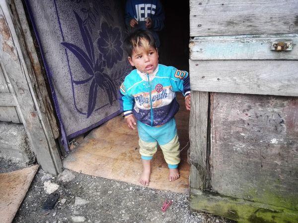 Ein Junge in der Tür einer armseligen Unterkunft