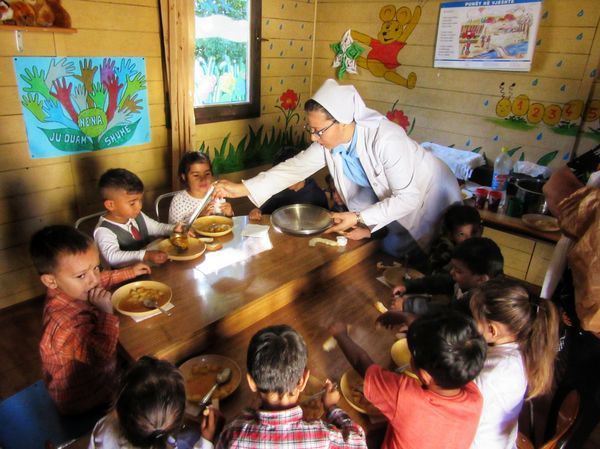 Schwester Besa teilt Mittagessen aus