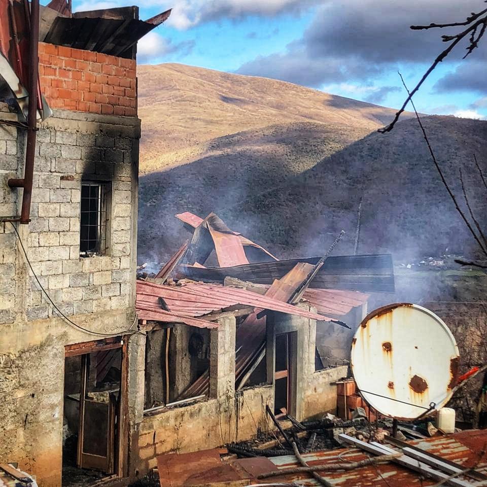 Am Tag nach dem Brand steigt immer noch Rauch aus der Ruine auf